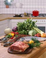 キッチンの食材(肉、魚介、野菜)