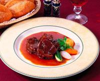 牛肉の赤ワイン煮 20013002407| 写真素材・ストックフォト・画像・イラスト素材|アマナイメージズ