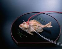鯛の塩焼き(祝い紅白結び) 20013006585| 写真素材・ストックフォト・画像・イラスト素材|アマナイメージズ