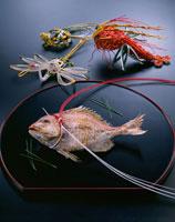 鯛の塩焼き(祝い紅白結び) 20013006586| 写真素材・ストックフォト・画像・イラスト素材|アマナイメージズ