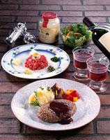タルタルステーキとハンバーグステーキ
