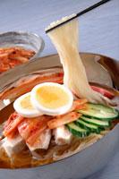 冷麺 20013014369| 写真素材・ストックフォト・画像・イラスト素材|アマナイメージズ