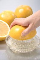 グレープフルーツを搾る手