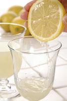 レモンを搾る手