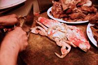 花蟹を調理する手