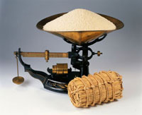 秤にのせた米