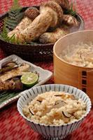 松茸ご飯 20013024279| 写真素材・ストックフォト・画像・イラスト素材|アマナイメージズ