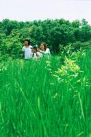 草原の中の親子