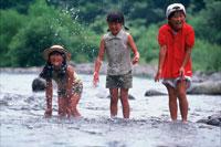 川で遊ぶ子供 20014000073| 写真素材・ストックフォト・画像・イラスト素材|アマナイメージズ