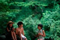 新緑の中の子供達 20014000078| 写真素材・ストックフォト・画像・イラスト素材|アマナイメージズ