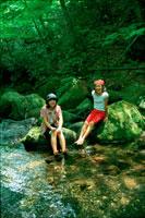 川と子供達 20014000080| 写真素材・ストックフォト・画像・イラスト素材|アマナイメージズ