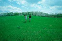 草原をかける子供二人