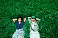 草原に寝転ぶ二人の子供 20014000085| 写真素材・ストックフォト・画像・イラスト素材|アマナイメージズ