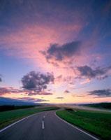 夕焼けと道路 20014000719| 写真素材・ストックフォト・画像・イラスト素材|アマナイメージズ