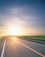 道と朝日 20014000729| 写真素材・ストックフォト・画像・イラスト素材|アマナイメージズ