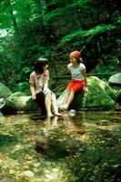 川で遊ぶ子供 20014000903| 写真素材・ストックフォト・画像・イラスト素材|アマナイメージズ