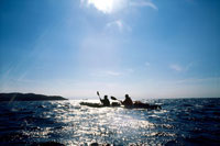 海でカヌーをこぐ人物2人 20014001032| 写真素材・ストックフォト・画像・イラスト素材|アマナイメージズ