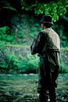 釣りをする男性 20014001037| 写真素材・ストックフォト・画像・イラスト素材|アマナイメージズ