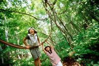木にぶら下がる女の子2人