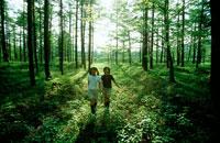 林の中の女の子2人 20014001076| 写真素材・ストックフォト・画像・イラスト素材|アマナイメージズ