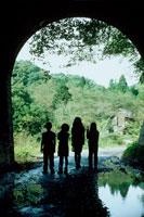 子供4人のシルエット 20014001078| 写真素材・ストックフォト・画像・イラスト素材|アマナイメージズ