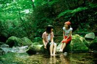 川で遊ぶ女の子2人 20014001092| 写真素材・ストックフォト・画像・イラスト素材|アマナイメージズ