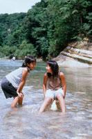 川で遊ぶ女の子2人 20014001098| 写真素材・ストックフォト・画像・イラスト素材|アマナイメージズ