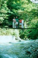 吊橋の上の子供たち 20014001099| 写真素材・ストックフォト・画像・イラスト素材|アマナイメージズ
