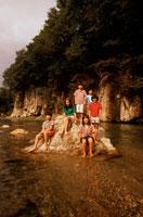 川の岩の上の子供たち 20014001101| 写真素材・ストックフォト・画像・イラスト素材|アマナイメージズ