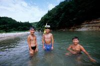 川で遊ぶ水着姿の男の子3人 20014001104| 写真素材・ストックフォト・画像・イラスト素材|アマナイメージズ