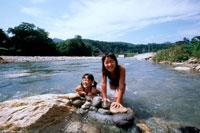 川で遊ぶ水着姿の女の子2人 20014001105| 写真素材・ストックフォト・画像・イラスト素材|アマナイメージズ