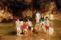 川の岩の上の子供たち 20014001106| 写真素材・ストックフォト・画像・イラスト素材|アマナイメージズ