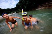川で遊ぶ水着姿の男の子3人 20014001107| 写真素材・ストックフォト・画像・イラスト素材|アマナイメージズ