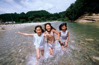 川で遊ぶ女の子3人 20014001108| 写真素材・ストックフォト・画像・イラスト素材|アマナイメージズ