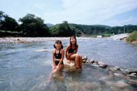 川で遊ぶ女の子2人 20014001110| 写真素材・ストックフォト・画像・イラスト素材|アマナイメージズ
