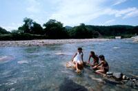 川で遊ぶ女の子3人 20014001111| 写真素材・ストックフォト・画像・イラスト素材|アマナイメージズ