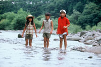 川で遊ぶ子供たち 20014001112| 写真素材・ストックフォト・画像・イラスト素材|アマナイメージズ