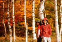 秋の林の中の女の子2人