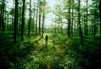 林の中を走る女の子2人