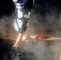 温泉と女性の足元 20014002027| 写真素材・ストックフォト・画像・イラスト素材|アマナイメージズ