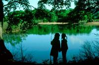 森の沼と女の子2人のシルエット 20014002718| 写真素材・ストックフォト・画像・イラスト素材|アマナイメージズ