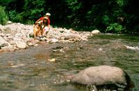 河原で遊ぶ子供3人