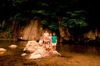 川の岩の上の子供達5人 20014002740| 写真素材・ストックフォト・画像・イラスト素材|アマナイメージズ