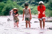 川で遊ぶ子供3人 20014002741| 写真素材・ストックフォト・画像・イラスト素材|アマナイメージズ