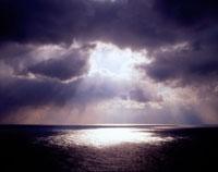 雲間から光り差す日本海の空