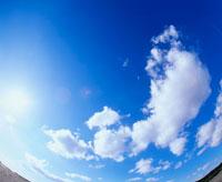 魚眼の青空と雲と太陽の光り