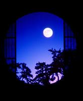 丸窓からの月夜