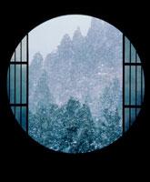 丸窓からの雪の森林