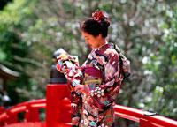羽子板を持つ着物姿の女性 20014004499| 写真素材・ストックフォト・画像・イラスト素材|アマナイメージズ