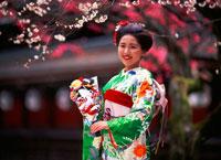 羽子板を持つ着物姿の女性 20014004500| 写真素材・ストックフォト・画像・イラスト素材|アマナイメージズ